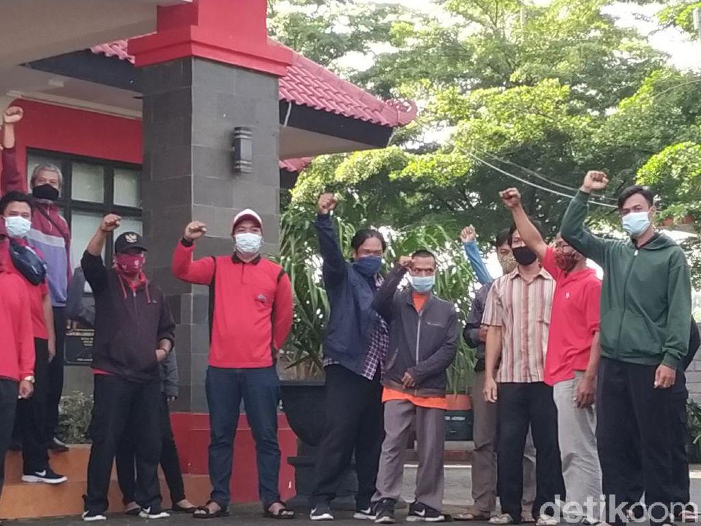 Di-PHK Tanpa Alasan Jelas, Puluhan Tenaga Outsourcing DLH Kota Blitar Demo