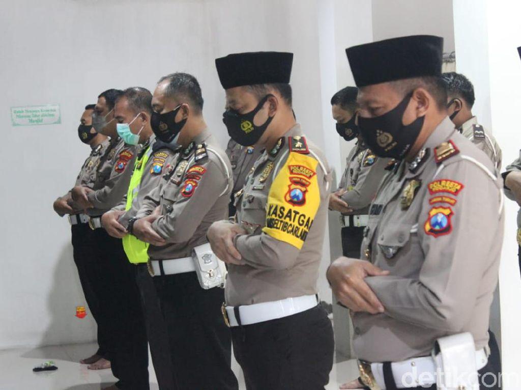 Polisi di Sidoarjo Salat Gaib Doakan Korban Jatuhnya Sriwijaya Air SJ182