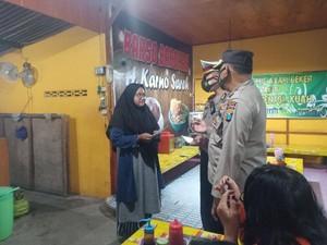 Polisi Blusukan Sosialisasikan PPKM ke Warga Ngawi