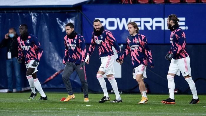 PAMPLONA, SPAIN - JANUARY 09: (L-R) Ferland Mendy, Eden Hazard, Karim Benzema, Luka Modric and Sergio Ramos of Real Madrid warm up prior to the La Liga Santander match between C.A. Osasuna and Real Madrid at Estadio El Sadar on January 09, 2021 in Pamplona, Spain. Sporting stadiums around Spain remain under strict restrictions due to the Coronavirus Pandemic as Government social distancing laws prohibit fans inside venues resulting in games being played behind closed doors. (Photo by Juan Manuel Serrano Arce/Getty Images)