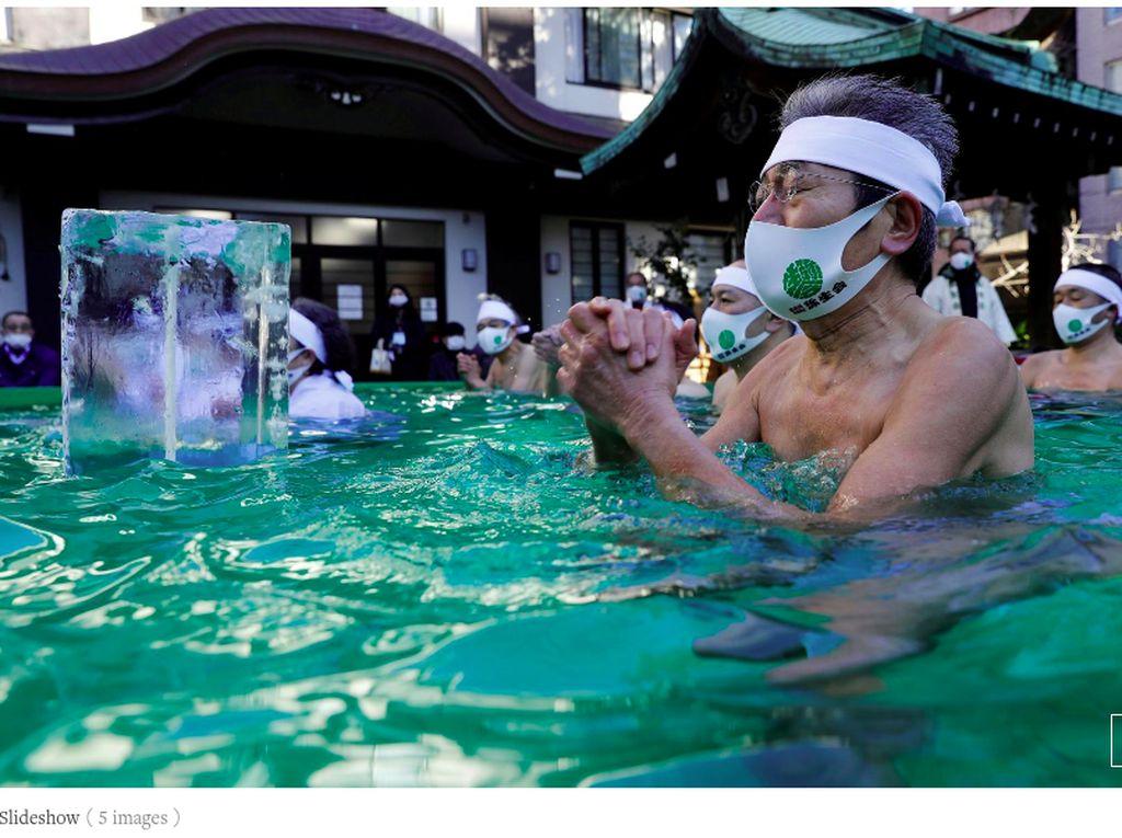 Sepinya Ritual Berendam di Kolam Es Jepang