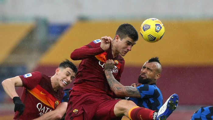 ROME, ITALY - JANUARY 10: Gianluca Mancini of Roma heads the ball whilst under pressure from Arturo Vidal of Internazionale during the Serie A match between AS Roma and FC Internazionale at Stadio Olimpico on January 10, 2021 in Rome, Italy. Sporting stadiums around Italy remain under strict restrictions due to the Coronavirus Pandemic as Government social distancing laws prohibit fans inside venues resulting in games being played behind closed doors. (Photo by Paolo Bruno/Getty Images)