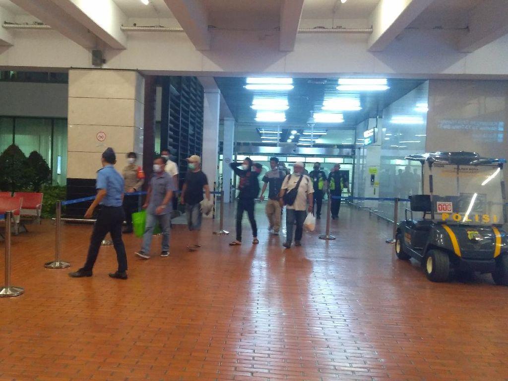 Malam-malam, Keluarga Korban Sriwijaya Air SJ182 Tiba di Bandara Soetta