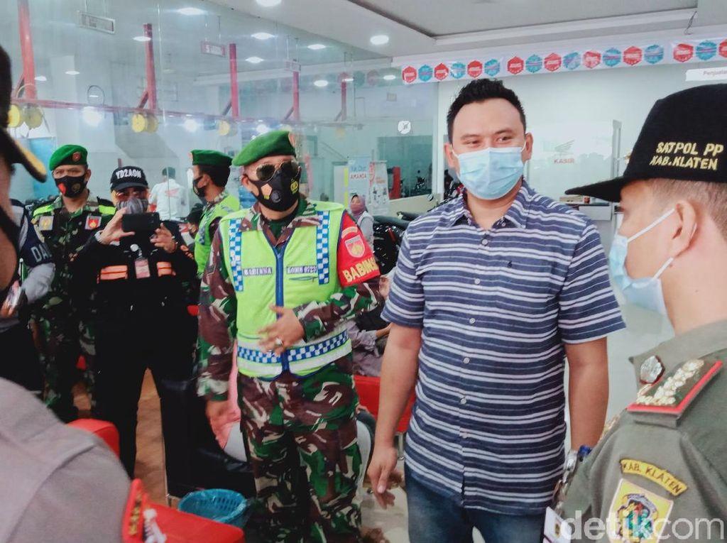 Hari Pertama PPKM di Klaten, Petugas Tegur Antrean di Kantor-Toko