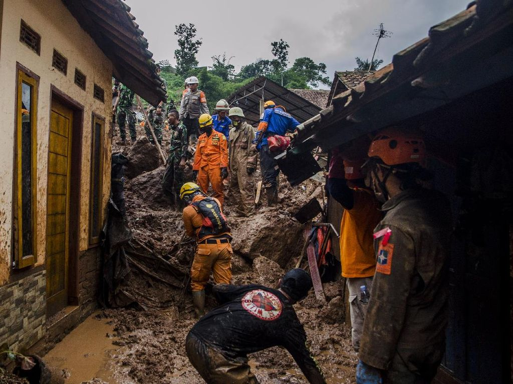 Jabar Hari Ini: 4 Tewas di Tol Cipali-Tim SAR Cari 27 Korban Longsor