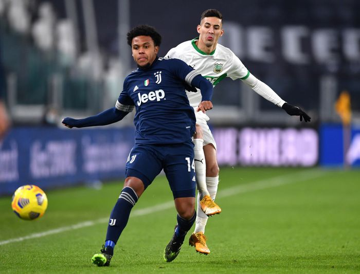 TURIN, ITALY - JANUARY 10: Weston McKennie of Juventus F.C.  battles for possession with Mert Muldur of Sassuolo during the Serie A match between Juventus and US Sassuolo at Allianz Stadium on January 10, 2021 in Turin, Italy. Sporting stadiums around Italy remain under strict restrictions due to the Coronavirus Pandemic as Government social distancing laws prohibit fans inside venues resulting in games being played behind closed doors. (Photo by Valerio Pennicino/Getty Images )