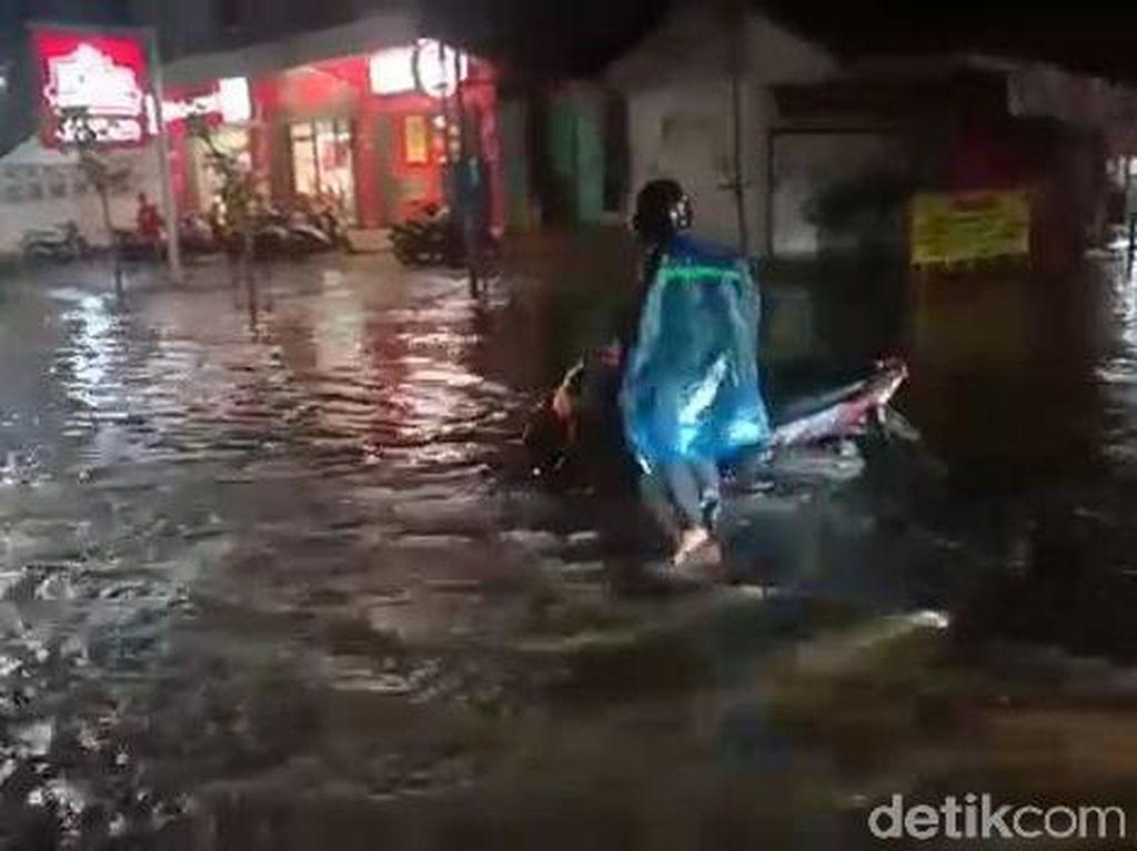Hujan Deras 2 Jam Bikin Jalanan Bojonegoro Terendam