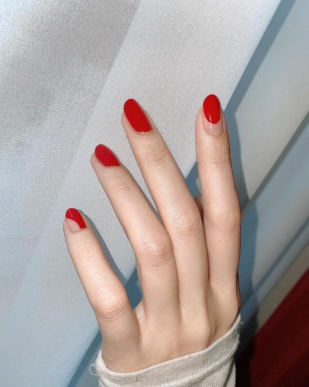 Banyak orang yang memilih mengenakan warna merah untuk warna kuku mereka, dari merah ceri cerah hingga merah anggur tua.