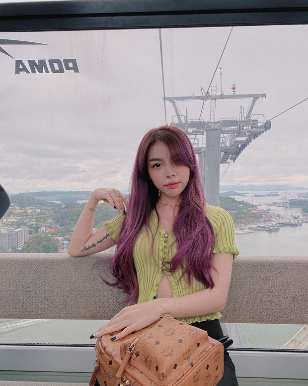 Erna Limdaugh blackish purple hair colour/instagram.com/erna_limdaugh