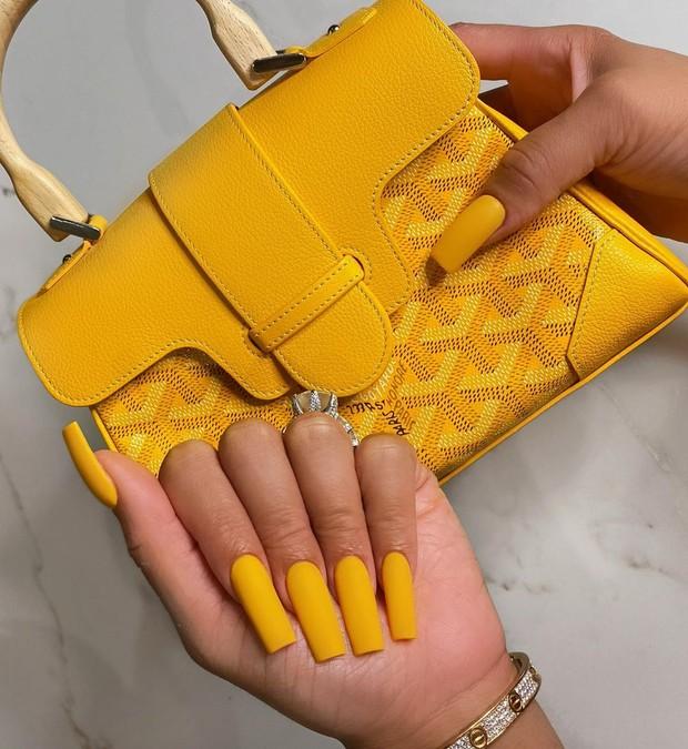 Kuning menjadi warna yang hangat, indah, cerah dan menyegarkan jika digunakan dalam penampilan.