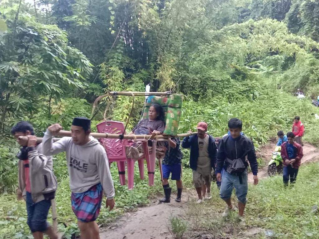 Akses Jalan Tak Memadai, Ibu Hamil di Polman Ditandu 12 Km ke Puskesmas
