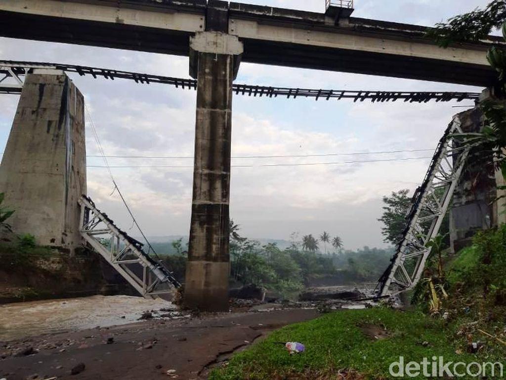 Jembatan KA di Brebes Putus Akibat Fondasinya Tergerus Banjir Bandang