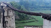 Melihat Hancurnya Jembatan Kereta Api di Brebes