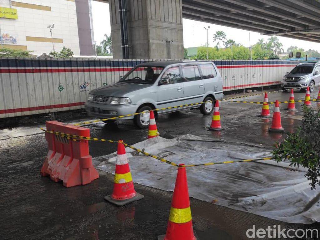 Jalan Seberang Metropolitan Mall Bekasi Sudah Diperbaiki, Masih Ditutup