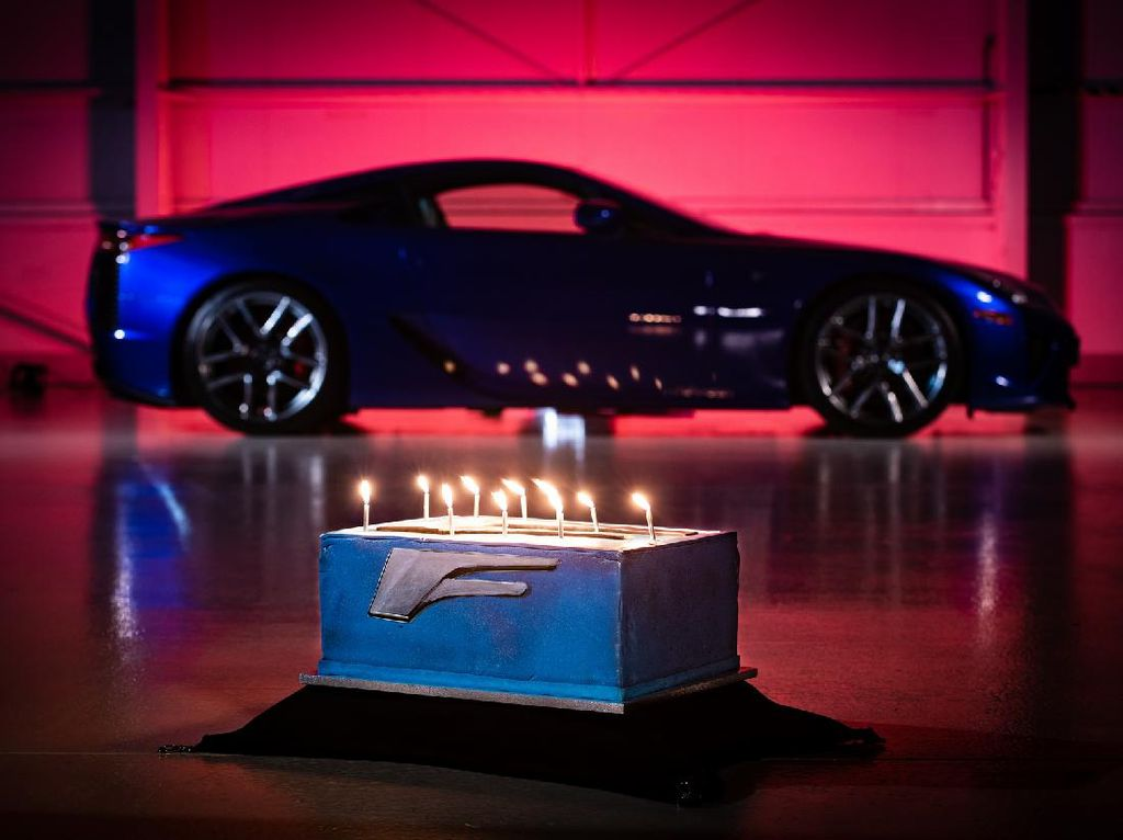 Rayakan Milad Ke-10, Tiup Lilin Digeber Knalpot Mobil Lexus