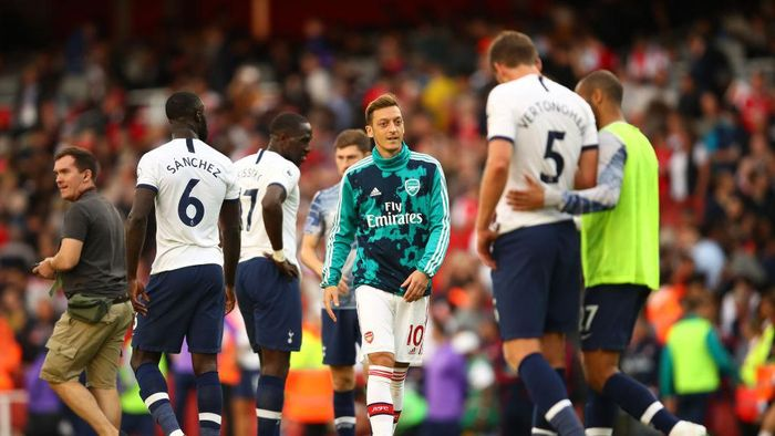 LONDON, ENGLAND - SEPTEMBER 01: Mesut Ozil of Arsenal (C) looks on following a draw in the Premier League match between Arsenal FC and Tottenham Hotspur at Emirates Stadium on September 01, 2019 in London, United Kingdom. (Photo by Julian Finney/Getty Images)