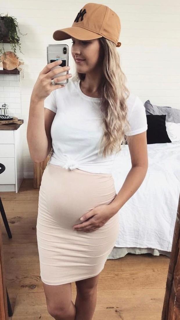 Pencil skirt biasanya digunakan mama yang bekerja kantoran