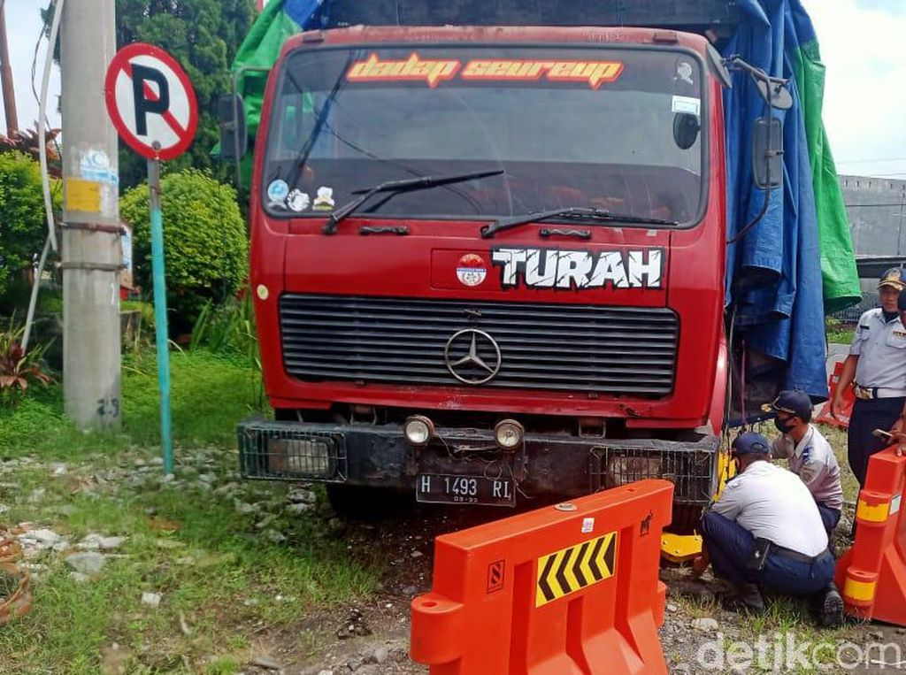Bandel! Truk-truk Parkir Sembarangan di Klaten Akhirnya Digembok Petugas