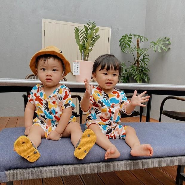 Potret si kembar Zayn dan Zunaira yang menjadi ponakan online terfavorit.