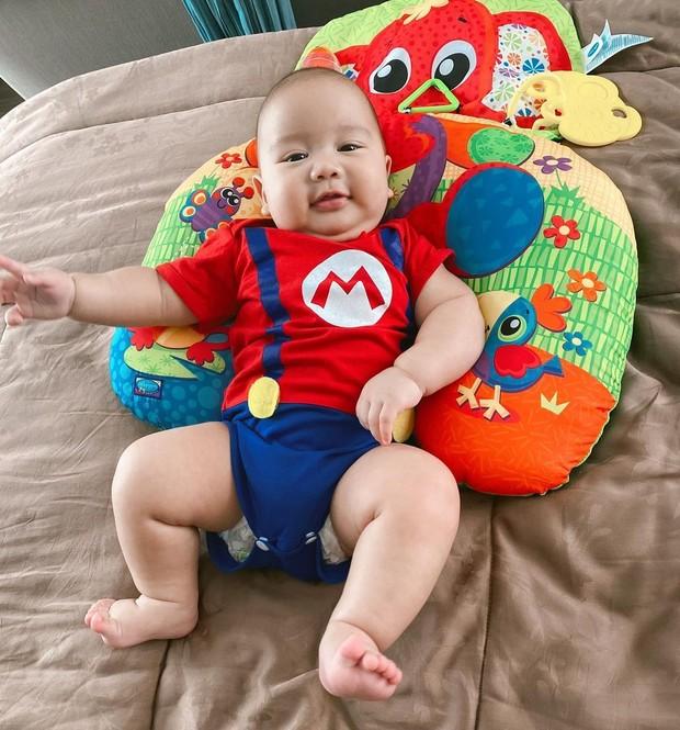 Bayi Athar yang jadi ponakan online paling populer nan menggemaskan.