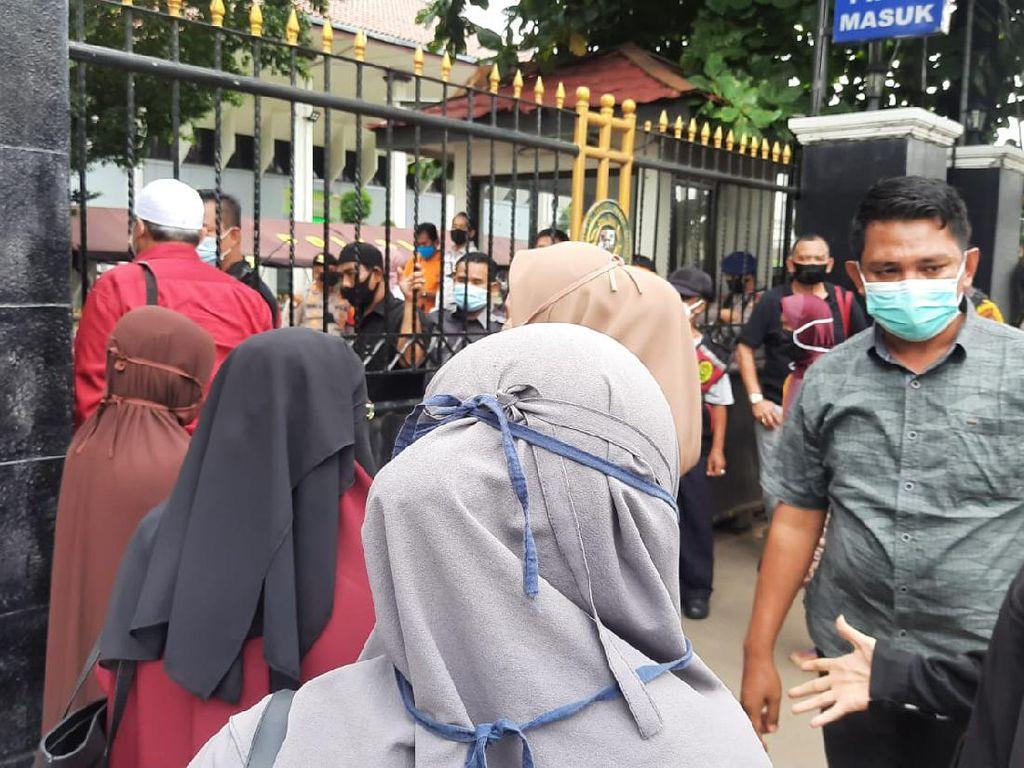 Simpatisan Habib Rizieq Datangi PN Jaksel, Dilarang Masuk ke Persidangan