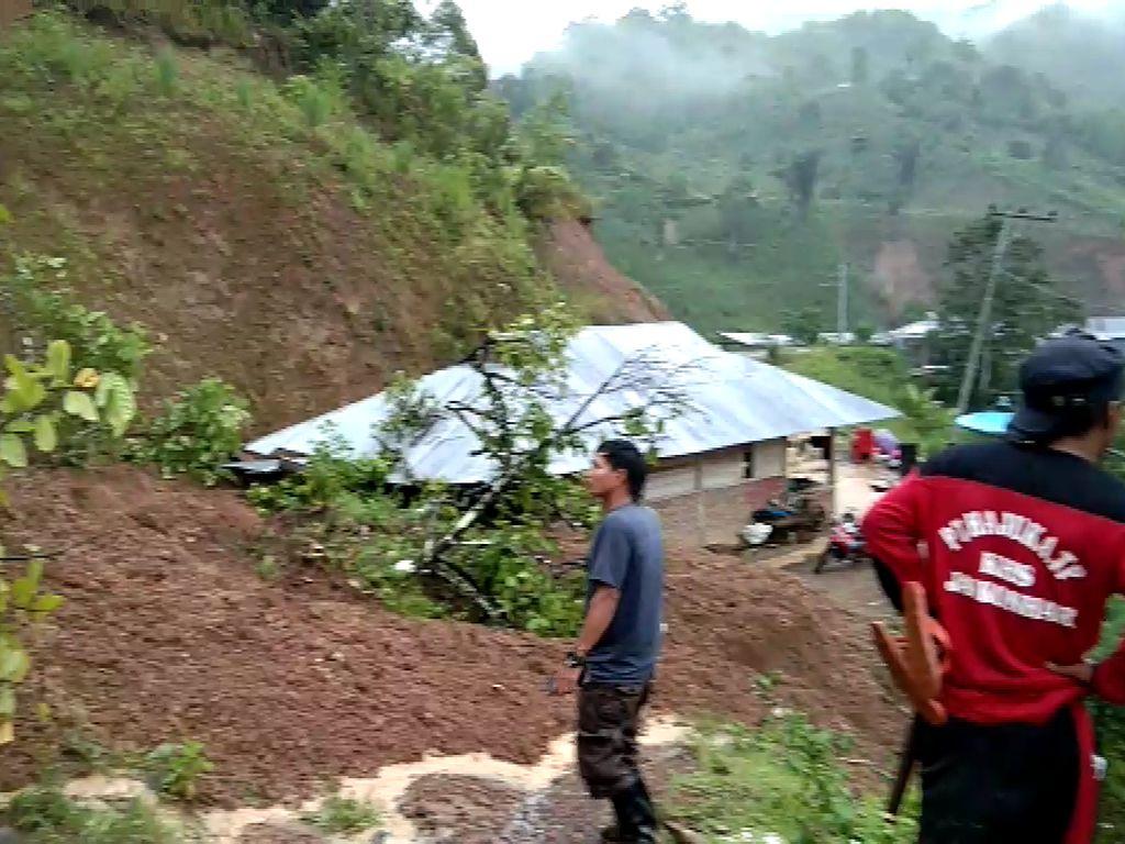 Tanah Longsor Terjadi di 5 Lokasi di Pinrang, Sejumlah Akses Jalan Tertutup