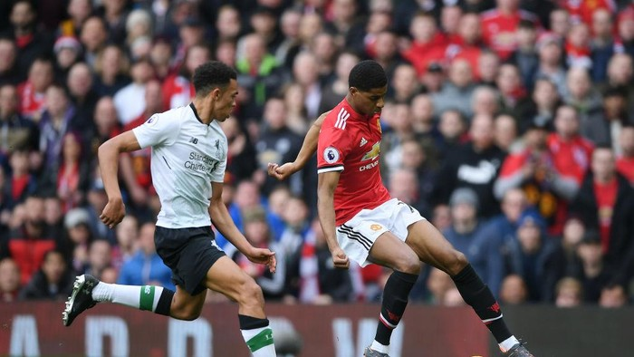 MANCHESTER, ENGLAND - MARCH 10: Marcus Rashford of Manchester United turns Alexander-Arnold Trent of Liverpool on his way to scoring the opening goal during the Premier League match between Manchester United and Liverpool at Old Trafford on March 10, 2018 in Manchester, England.  (Photo by Laurence Griffiths/Getty Images)