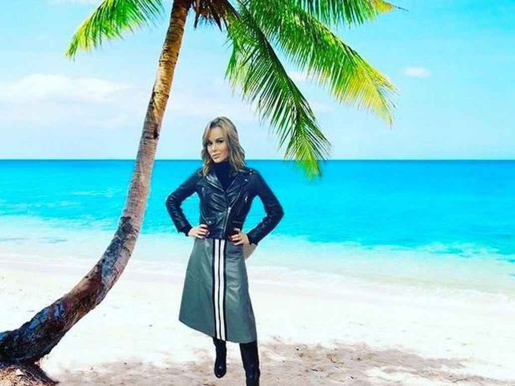 Liburan Dibatalkan, Editan Foto Amanda Holden di Pantai Bikin Salfok