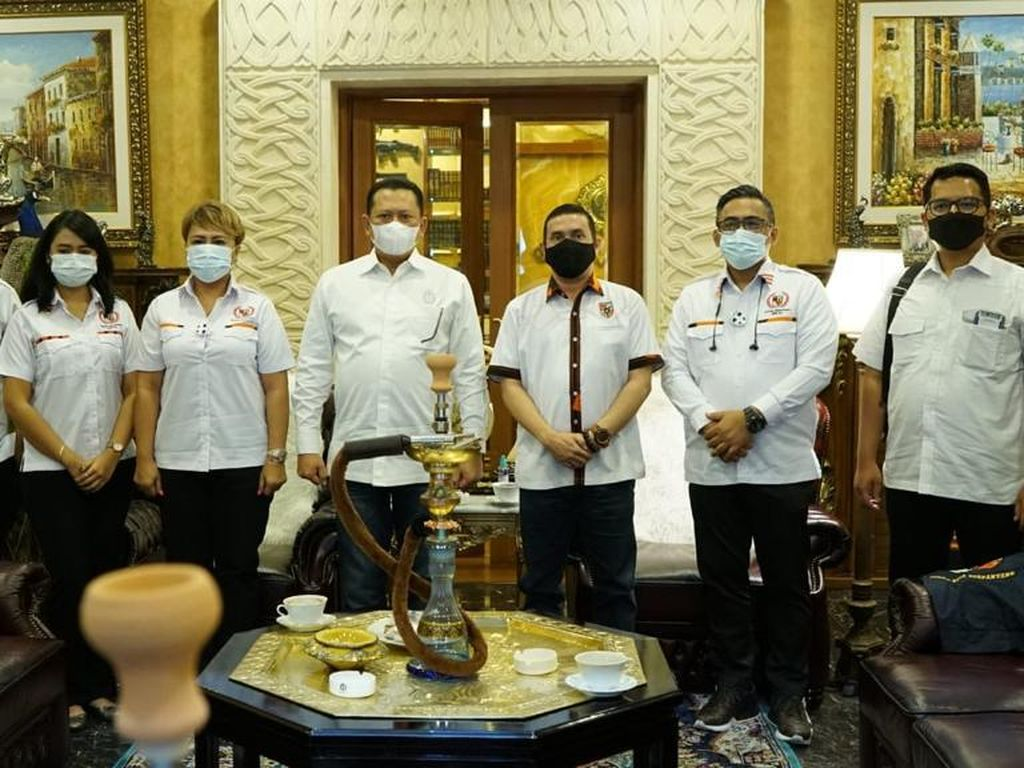 Bamsoet Dukung Gerakan Kembali ke Masjid dengan Sajadah Pelindung Corona