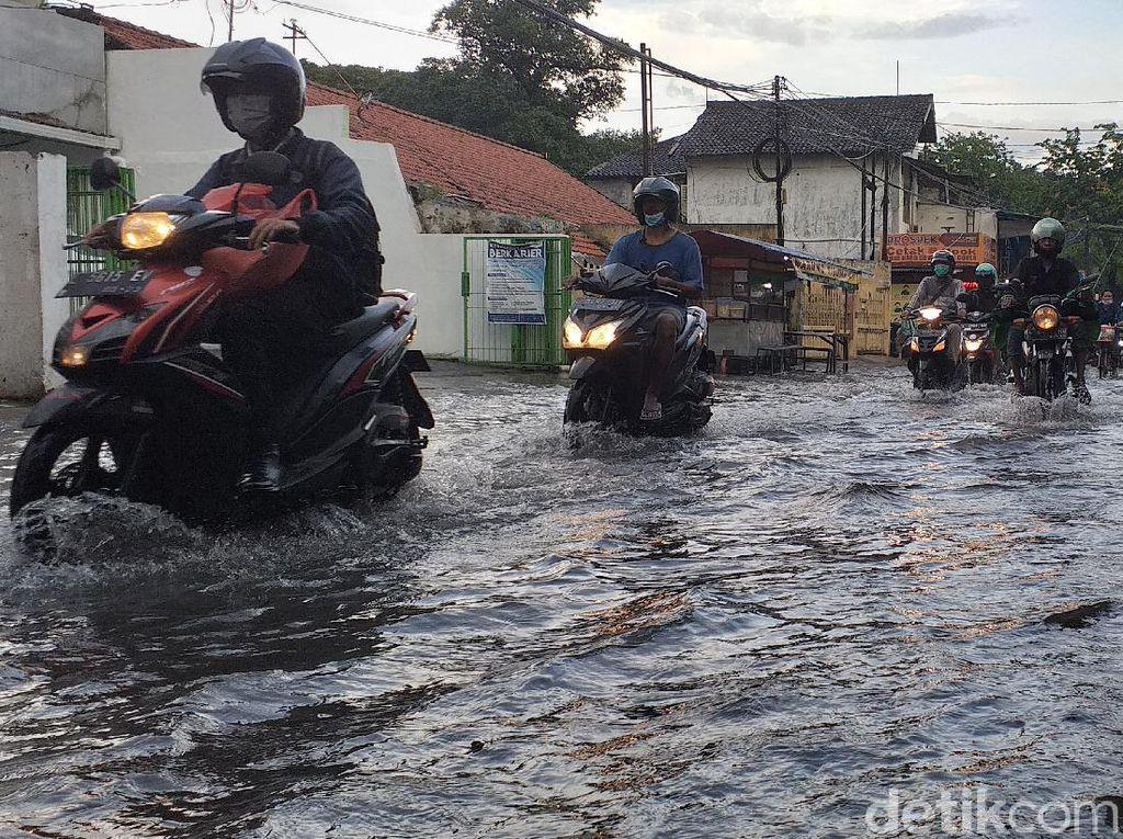Jalan Ketintang Depan Unesa Tergenang Usai Satu Jam Diguyur Hujan