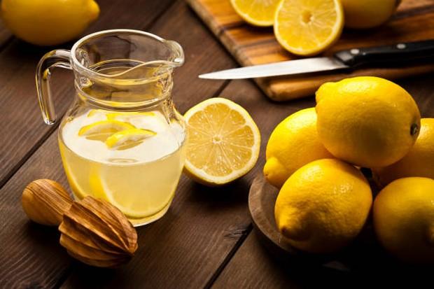 Berkumur dengan perasan air lemon dapat membunuh virus dan bakteri penyebab sakit tenggorokan / foto: istockphoto.com