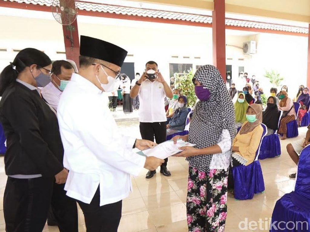 Bansos Tunai Dibagikan, Bupati Anas Sampaikan Pesan Jokowi dan Risma