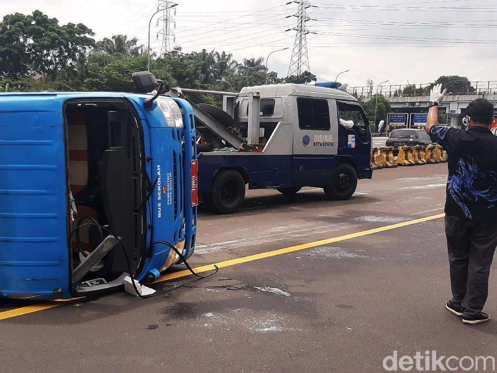 Sopir Lalai Berujung 9 Pasien Corona Kecelakaan di Jagorawi