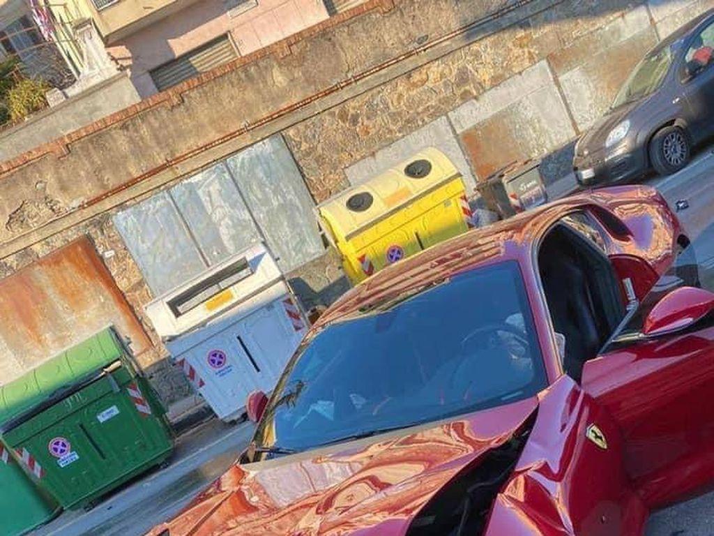 Ferrari Ringsek di Tangan Tukang Cuci Mobil