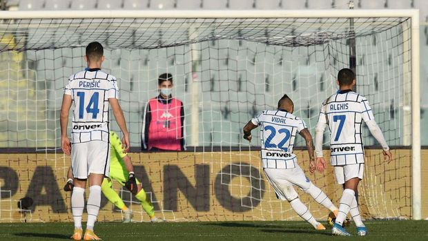 FLORENCE, ITALY - JANUARY 13: Arturo Vidal of FC Internazionale scores the opening goal during the Coppa Italia match between ACF Fiorentina and FC Internazionale at Artemio Franchi on January 13, 2021 in Florence, Italy. Sporting stadiums around Italy remain under strict restrictions due to the Coronavirus Pandemic as Government social distancing laws prohibit fans inside venues resulting in games being played behind closed doors.  (Photo by Gabriele Maltinti/Getty Images)