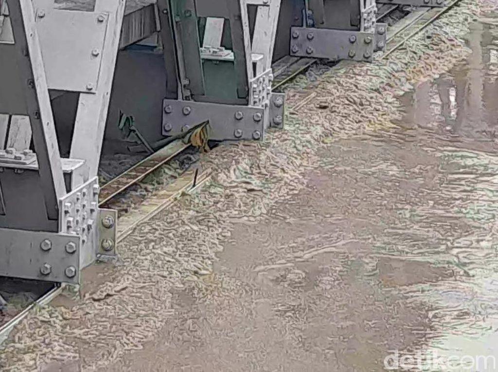 Gelagar Terendam Air, Jembatan Sungai Pemali di Brebes Ditutup