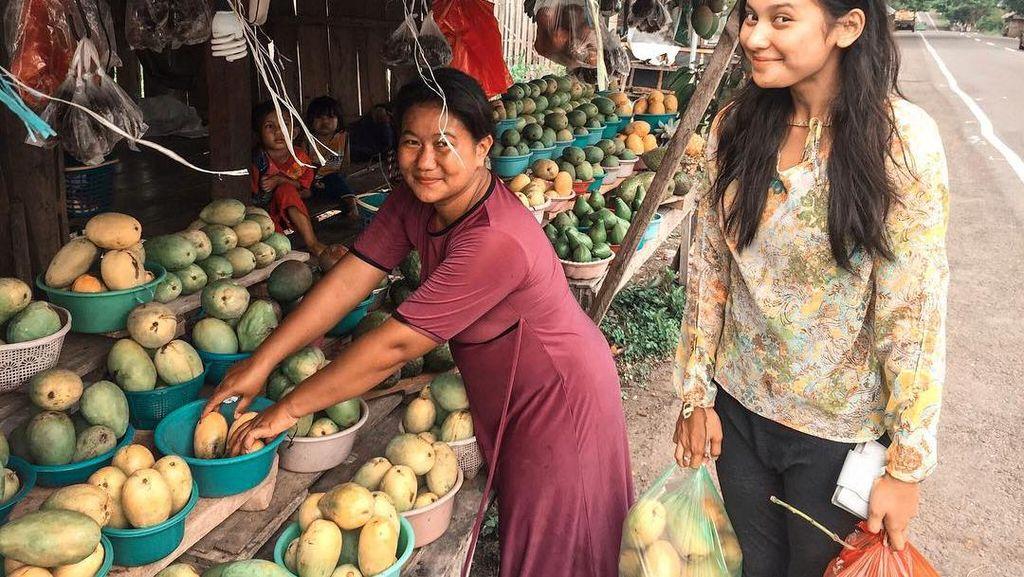 Gaya Simpel Indah Permatasari saat Belanja Ikan dan Buah di Pasar