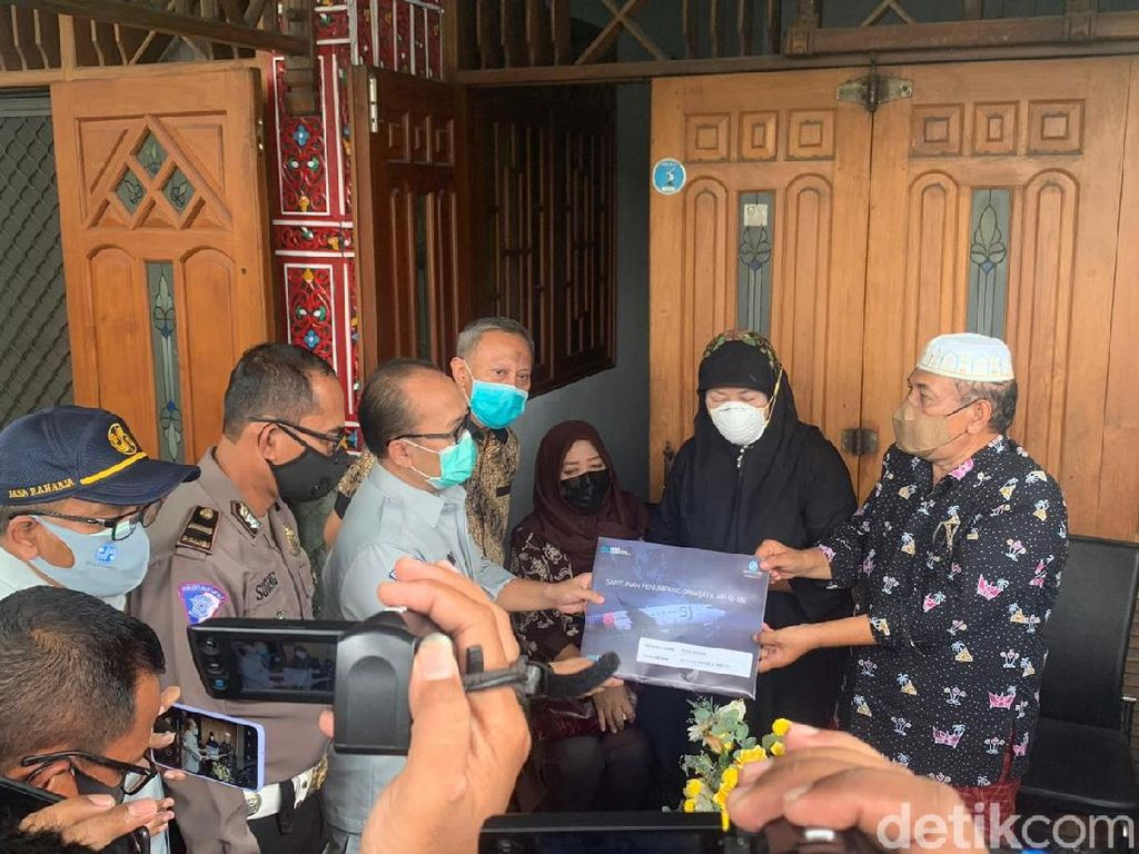 Jasa Raharja Serahkan Santunan ke Keluarga Kru Sriwijaya Air Fadly Satrianto