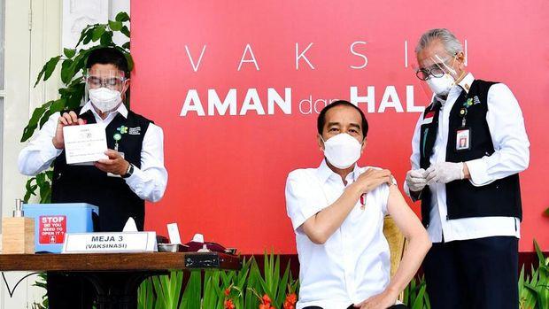 Presiden Joko Widodo  menerima suntikan dosis pertama vaksin virus corona (Covid-19) Sinovac, Rabu (13/1). Proses penyuntikan vaksin bakal dilakukan di Istana Kepresidenan, Jakarta. (Laily Rachev - Biro Setpres)