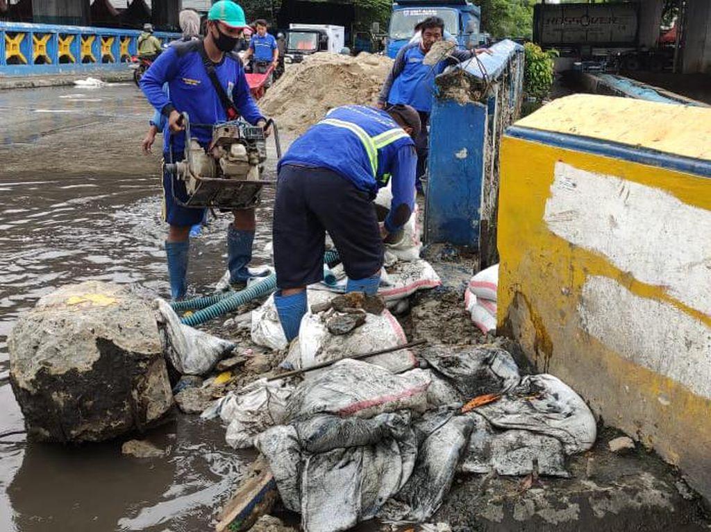 Karung Pasir Tak Mampu Tahan Banjir di Jalan Martadinata Ancol