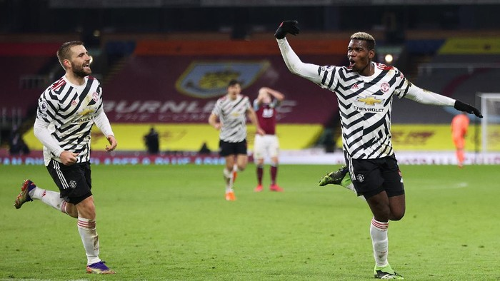 BURNLEY, ENGLAND - JANUARY 12: Paul Pogba of Manchester United celebrates after scoring their teams first goal during the Premier League match between Burnley and Manchester United at Turf Moor on January 12, 2021 in Burnley, England. Sporting stadiums around England remain under strict restrictions due to the Coronavirus Pandemic as Government social distancing laws prohibit fans inside venues resulting in games being played behind closed doors. (Photo by Clive Brunskill/Getty Images)