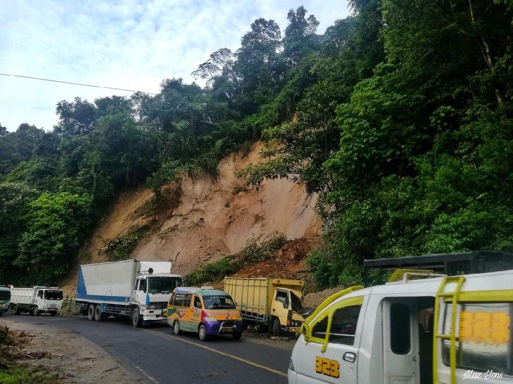 Longsor di Jalan Lintas Berastagi-Medan, 1 Orang Tewas Tertimbun
