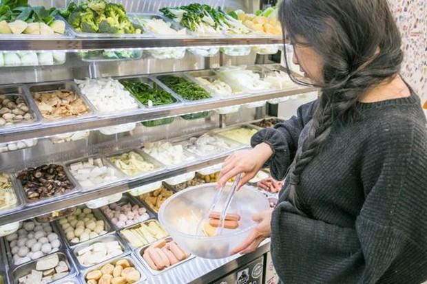 Pembeli bebas memilih menu isian Malatang dan Mala Xiang Guo di restoran.