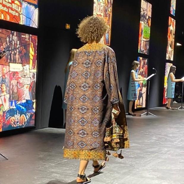 Peragaan hasil tenun ikat Endek Bali di Paris Fashion Week 2020.