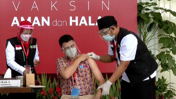 Selebritas Raffi Ahmad mengikuti vaksinasi Covid-19 gelombang pertama  di Istana.