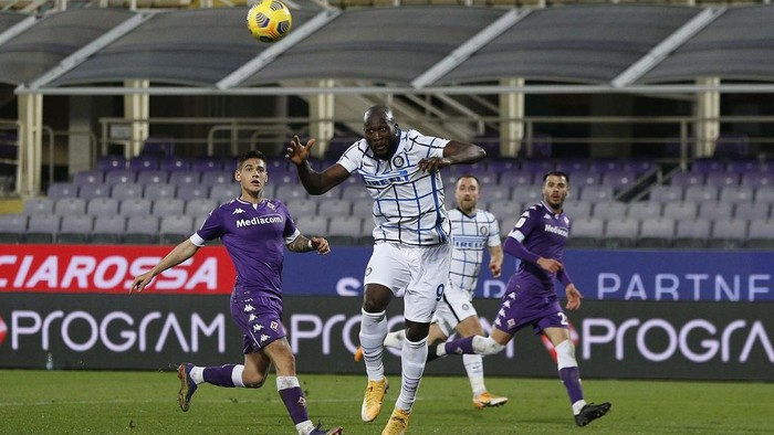 FLORENCE, ITALY - JANUARY 13: Romelu Lukaku of FC Internazionale scores a goal during the Coppa Italia match between ACF Fiorentina and FC Internazionale at Artemio Franchi on January 13, 2021 in Florence, Italy. Sporting stadiums around Italy remain under strict restrictions due to the Coronavirus Pandemic as Government social distancing laws prohibit fans inside venues resulting in games being played behind closed doors.  (Photo by Gabriele Maltinti/Getty Images)