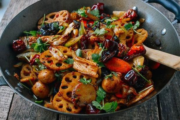 Sajian menu Mala Xiang Guo, 'temannya' Malatang, dengan sayur-sayur yang dilengkapi daging dan disajikan dengan rasa pedasnya yang khas.