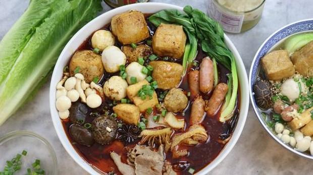 Sajian menu Malatang dengan sup pedas dan menu isian khas penuh sayur dan dilengkapi daging.