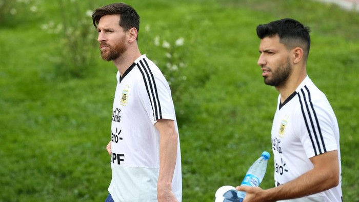 BRONNITSY, RUSSIA - JUNE 19: (L-R) Lionel Messi and Sergio Aguero of Argentina arrive prior a training session at Stadium of Syroyezhkin sports school  on June 19, 2018 in Bronnitsy, Russia. (Photo by Gabriel Rossi/Getty Images)