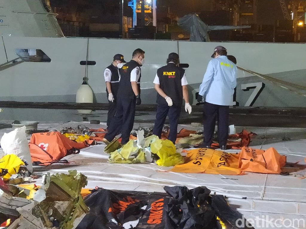 KRI Parang Serahkan Temuan Evakuasi SJ182, Velg Roda Pesawat-Barang Korban